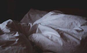 Das richtige Spannbettlaken für gesunden Schlaf finden